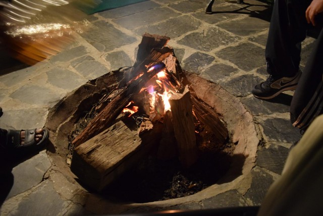 たき火。ああ夜が更けていくなぁとチャイを飲みながらマッタリしていたら、誰かがたき火に軽油をぶっかけて危うくやけどするところでした。一声かけてほしい・・・。