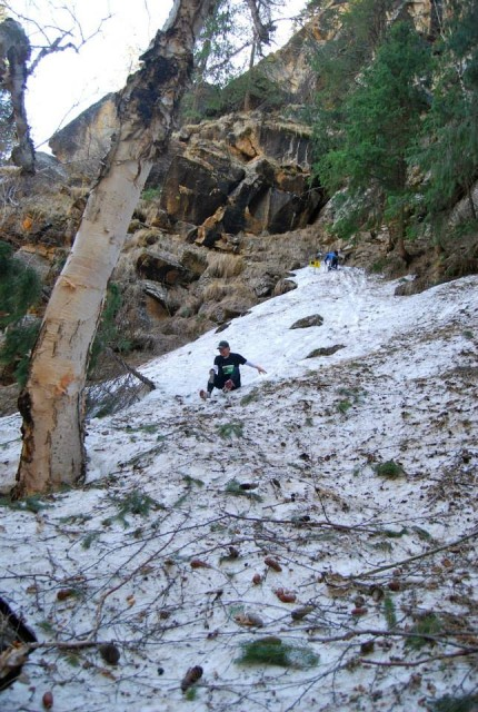 雪山で滑ったところを撮られたの図(左に滑っていくと川へ転落)