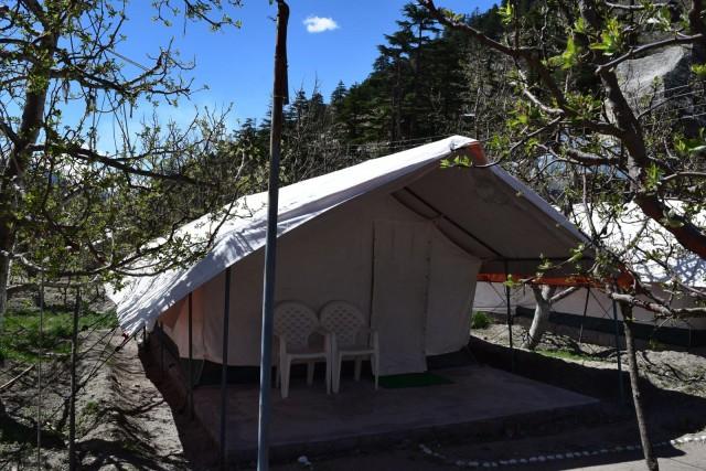 宿泊したテント。昼暑く、夜寒く、音は全て漏れる。だってテントだもん。