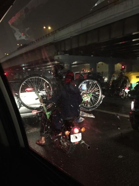 何故バイクで自転車を運ぶ必要があるのか。しかも雨の中。