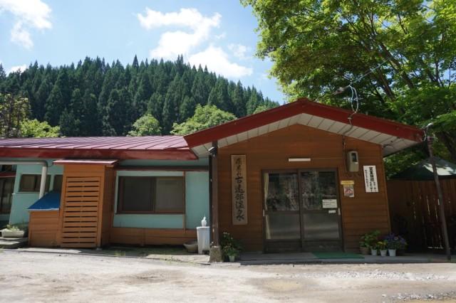 山中によくあるプレハブ事務所かと・・・。