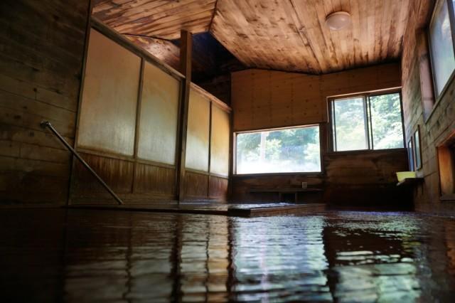 床面に寄って撮影。左奥の枠で囲まれているところが浴槽。それ以外は床。床面に寄ると、どっちがどっちだか分からない。