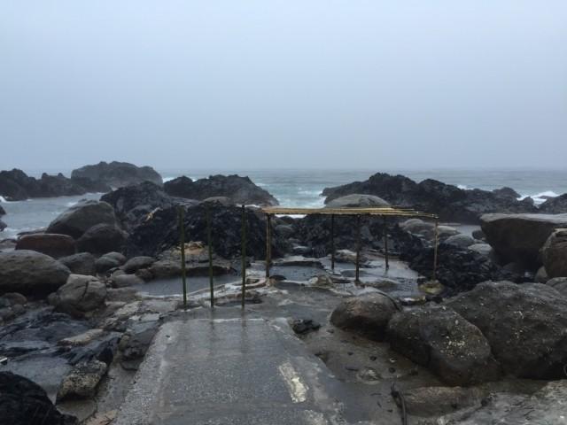 バケツをひっくり返した豪雨の中撮影した温泉の様子。