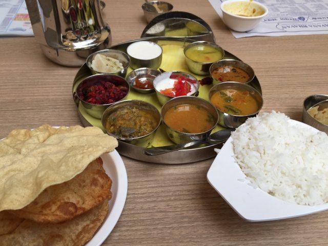 私がよく行くレストラン(Sarvana Bhawan)のターリー。南インド系。