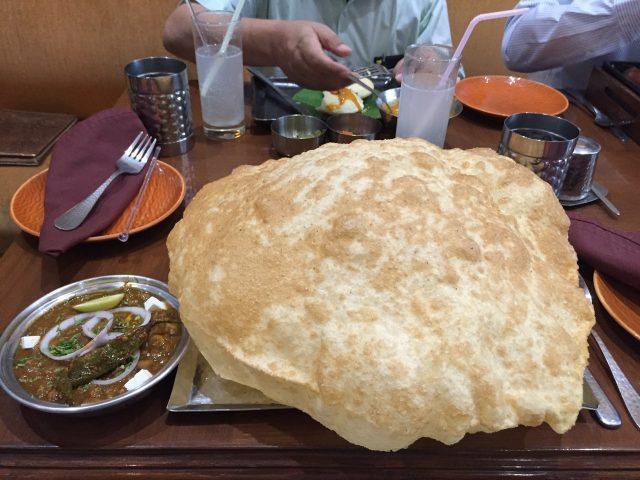 (番外:食べきれないもの編)こちらはプーリー(チャパティを揚げて膨らませたもの)の大型版。麺が多すぎるラーメンを食べているようなお腹いっぱいな気持ちになる。