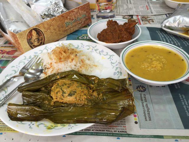 (番外)こちらは北系、西ベンガル州。厳密にはターリーではないが、この地域はお魚料理(例えば手前のものはカレー風味の魚蒸し料理)が美味しい。
