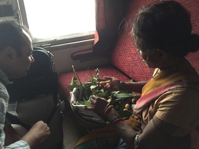 こんな感じで、座っていると色んな人が果物や野菜やチャイを売りにきます(写真はライチ)