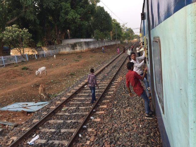 インドではよくあることですが、走っている途中に乗り降りする人々