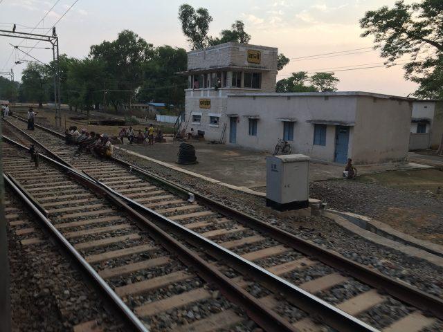 どこの駅でも、建物の中の人が緑の旗を出すと列車が走りはじめる